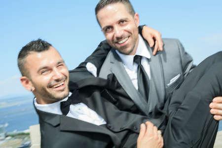 Un portrait d'un couple gai d'amour le jour de leur mariage avec le ciel sur le dos.