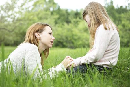 ni�os hablando: Una madre y su hija en el bosque juntos