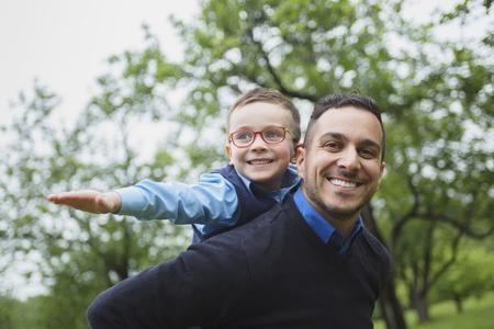 Een vader en zoon in het bos op een weide Stockfoto