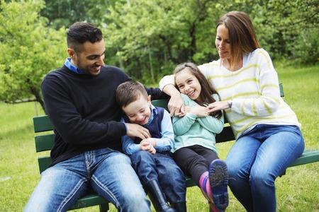 Una familia en la diversión bosque que tiene juntas