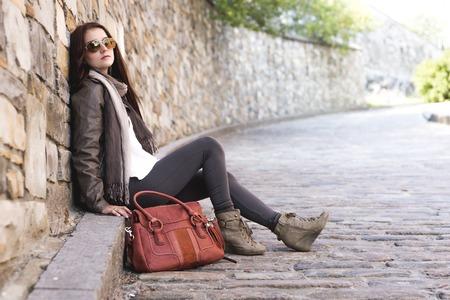 capelli lunghi: Una Adolescente con la sua borsetta di divertimento Archivio Fotografico