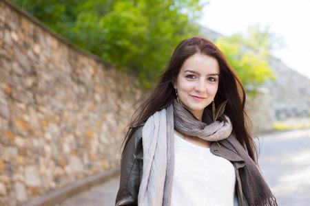 Een tienermeisje met haar handtas plezier