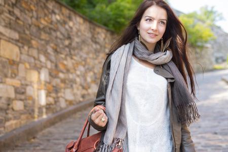 Ein Teenager-Mädchen mit ihrer Handtasche Spaß Standard-Bild - 44338238