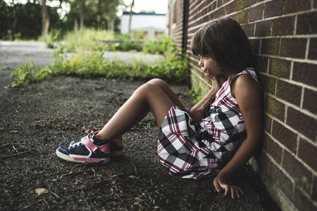 A huit ans fille de l'école à proximité des cours d'école Banque d'images - 44653754