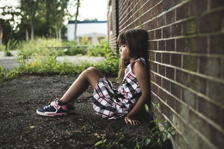 A huit ans fille de l'école à proximité des cours d'école Banque d'images - 44653759