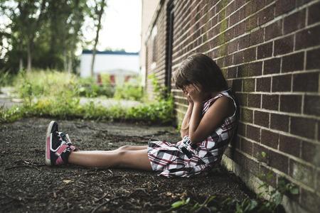 Een acht jaar oude school meisje in de buurt van de schoolpleinen