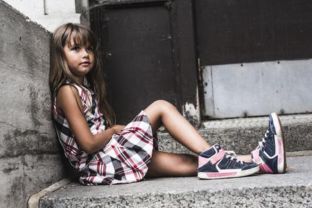 A ocho años de la muchacha de la escuela cerca de los patios de las escuelas Foto de archivo - 44653807