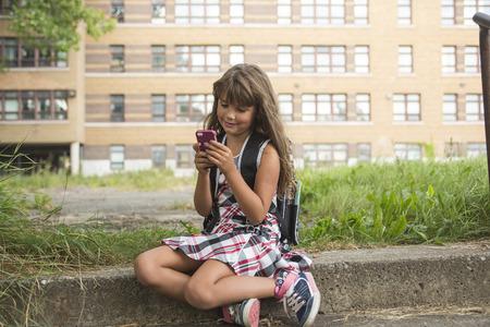 uniforme escolar: A ocho años de la muchacha de la escuela cerca de los patios de las escuelas