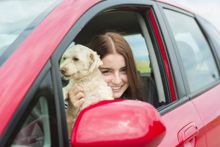 chofer: Un piloto de la mujer que es feliz de tener es nuevo coche Foto de archivo