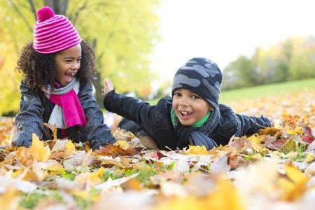 amarillo y negro: El Childs en la temporada de la hoja. La temporada de otoño Foto de archivo