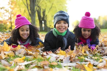 yellow black: El Childs en la temporada de la hoja. La temporada de otoño Foto de archivo