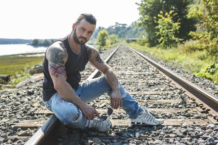 hombres sin camisa: Un hombre atractivo con el tatuaje fuera teniendo buen tiempo
