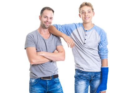 Een stiefvader en zoon staande op een witte achtergrond