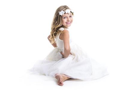 스튜디오에 흰 드레스를 입고 어린 소녀 스톡 콘텐츠