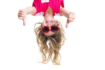 Een klein meisje met kop hoofd