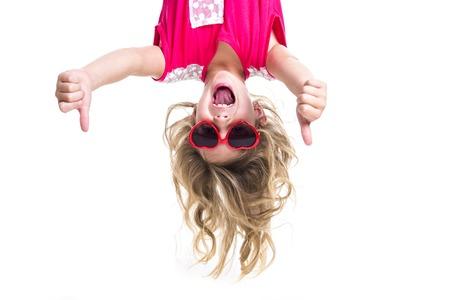 Une petite fille avec la tête à l'envers Banque d'images - 47434859