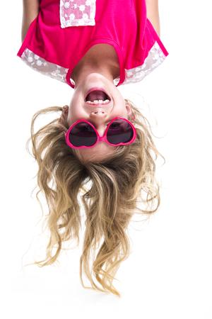 cabeza abajo: Una niña con la cabeza al revés Foto de archivo