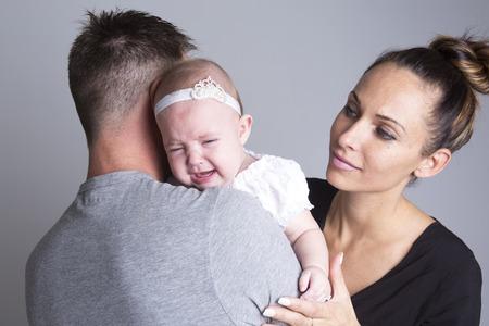 Een baby huilen op de hand van de familie