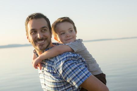 Een Vader met zoon is bij de zonsondergang Stockfoto