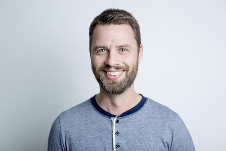 Um retrato de um homem em cinza fundo do est