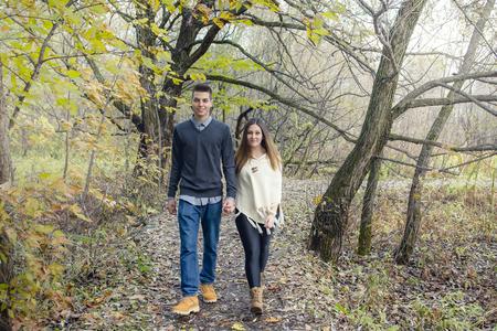 manos entrelazadas: Una buena pareja adolescente en Parque de otoño Foto de archivo
