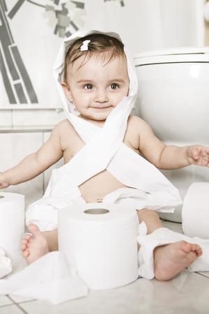 幼児のトイレでトイレット ペーパーを裂く 写真素材 - 48143430