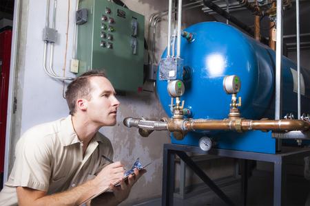 Een airconditioner reparatie man op het werk