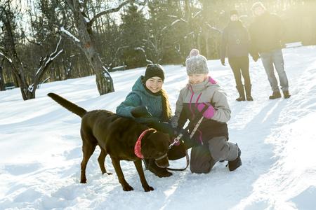 冬の公園で犬と一緒に 2 つのステファン女の子