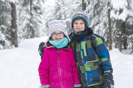 Mała dziewczynka i chłopiec w sezonie zimowym