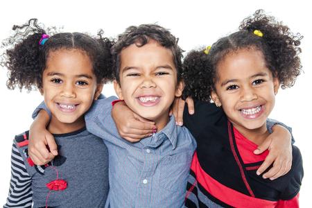 Een leuke Afrikaanse Amerikaan kleine kinderen op een witte achtergrond