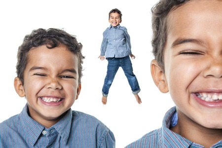 garcon africain: Un portrait d'un petit garçon africain américain mignon avoir tellement de plaisir