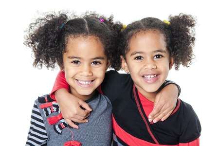 niñas gemelas: Niña africana adorable gemelo con el peinado hermoso aislado sobre blanco Foto de archivo