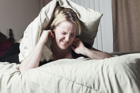 Een vrouw voelt ziek op bed liggen