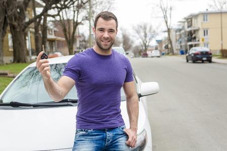 Een jonge eigenaar man met zijn auto Stockfoto