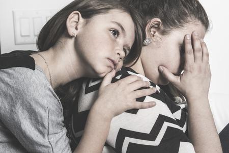 Una triste madre consolando a su hijo
