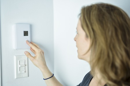 Une femme Réglage sur système de chauffage