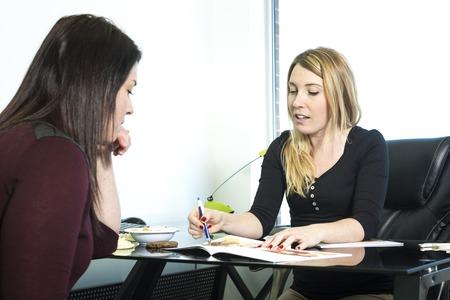 Een mooie voedingsdeskundige te raadplegen op kantoor Stockfoto