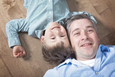 一个快乐的爸爸和儿子。愉快的父亲和儿子顶视图