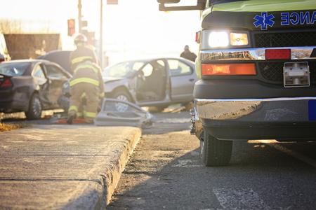 Een scène ongeval op de weg van een stad met ambulance en brandweer. Stockfoto