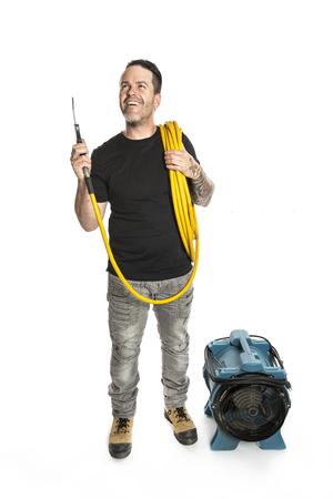 air cleaner: hombre más limpio de ventilación en el trabajo con la herramienta sobre fondo blanco