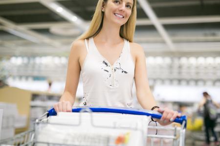 vrouw winkelen voor meubels in een meubelzaak