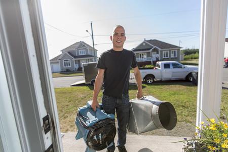 ventilatie schoonmaker man op het werk met gereedschap