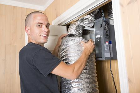 직장에서 작업 환기 청소기 남자