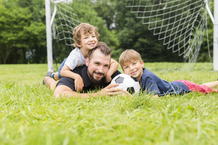 father with son playing football on football pitch Zdjęcie Seryjne