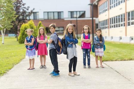 Großes Porträt der Schüler außerhalb der Klassenzimmer Tragetaschen