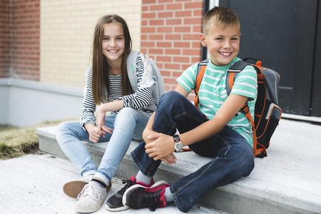 バックパックを持つ2つの学校の友人の肖像