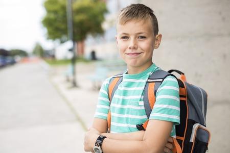Pre adolescente muchacho afuera en la escuela Foto de archivo - 85767400