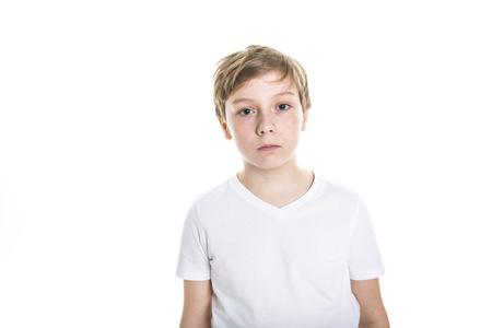 portret van een kind. grappige kleine jongen op studio witte achtergrond