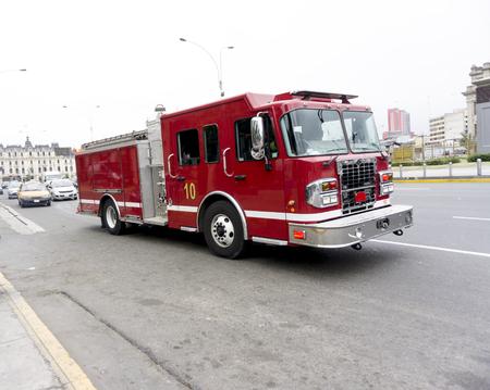 Firetruck acelerando por una calle a una llamada. Foto de archivo - 86503376