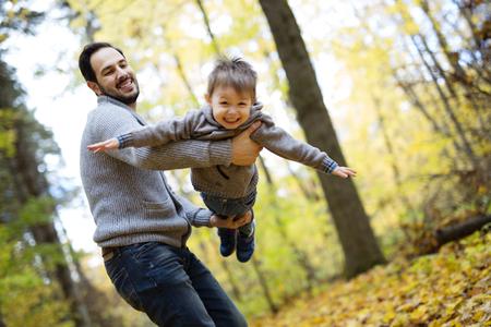 Natur mit Papa im Wald Herbst Standard-Bild - 86442980